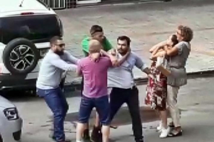 Idosa aplica 'mata-leão' e faz mulher desmaiar durante briga de trânsito