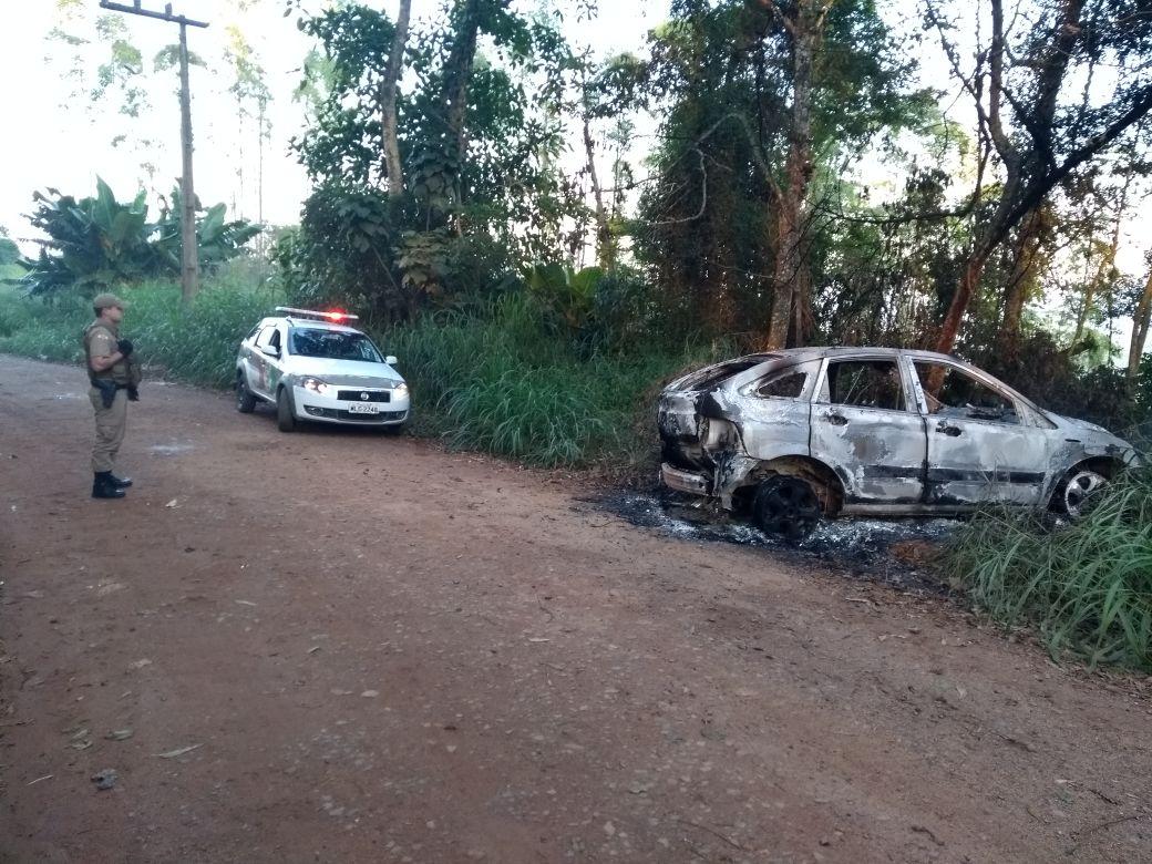 Corpo é encontrado dentro de veículo incendiado em Criciúma