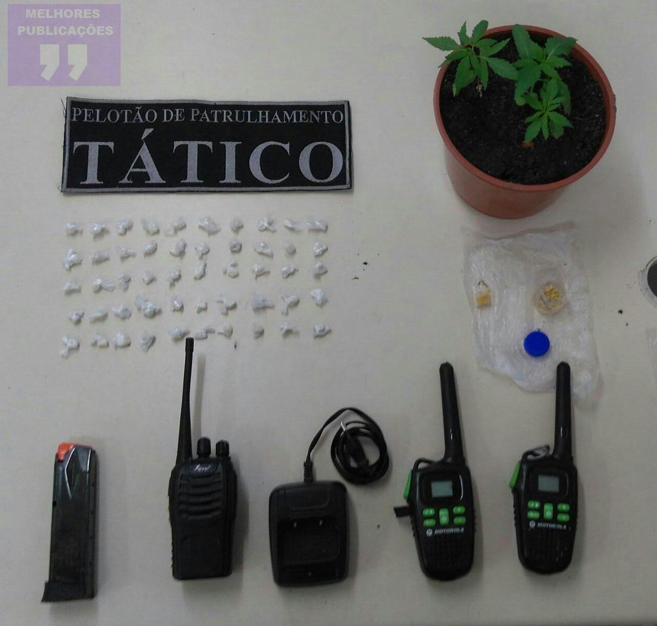 Drogas e rádios comunicadores são apreendidos