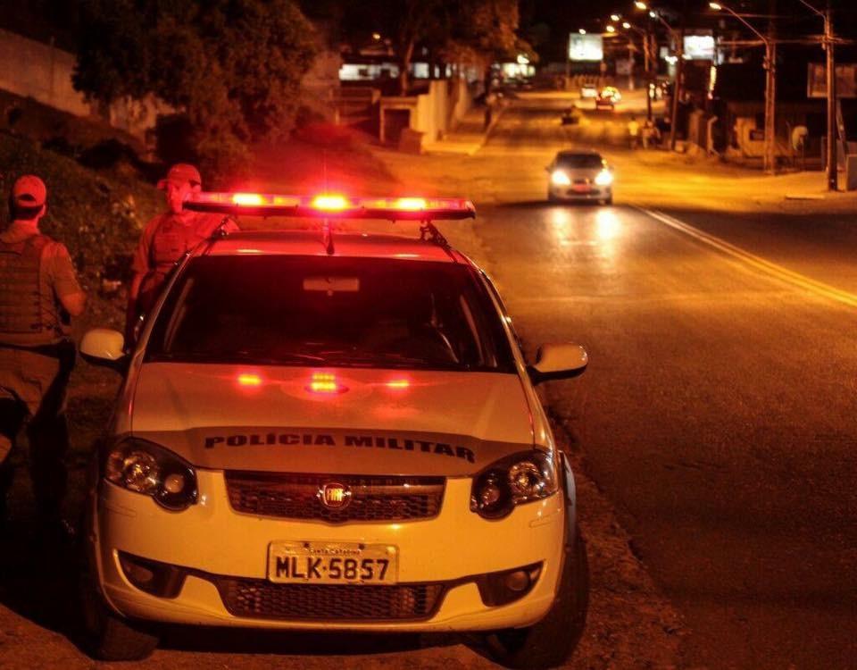 Bandidos fortemente armados roubam veículo e sequestram vítima