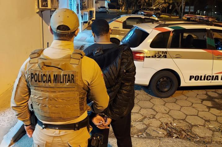 Mulher grávida sofre diversas lesões após roubo em Criciúma; um bandido foi preso