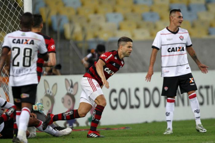 Flamengo vence o Vitória e se aproxima do topo no Brasileirão