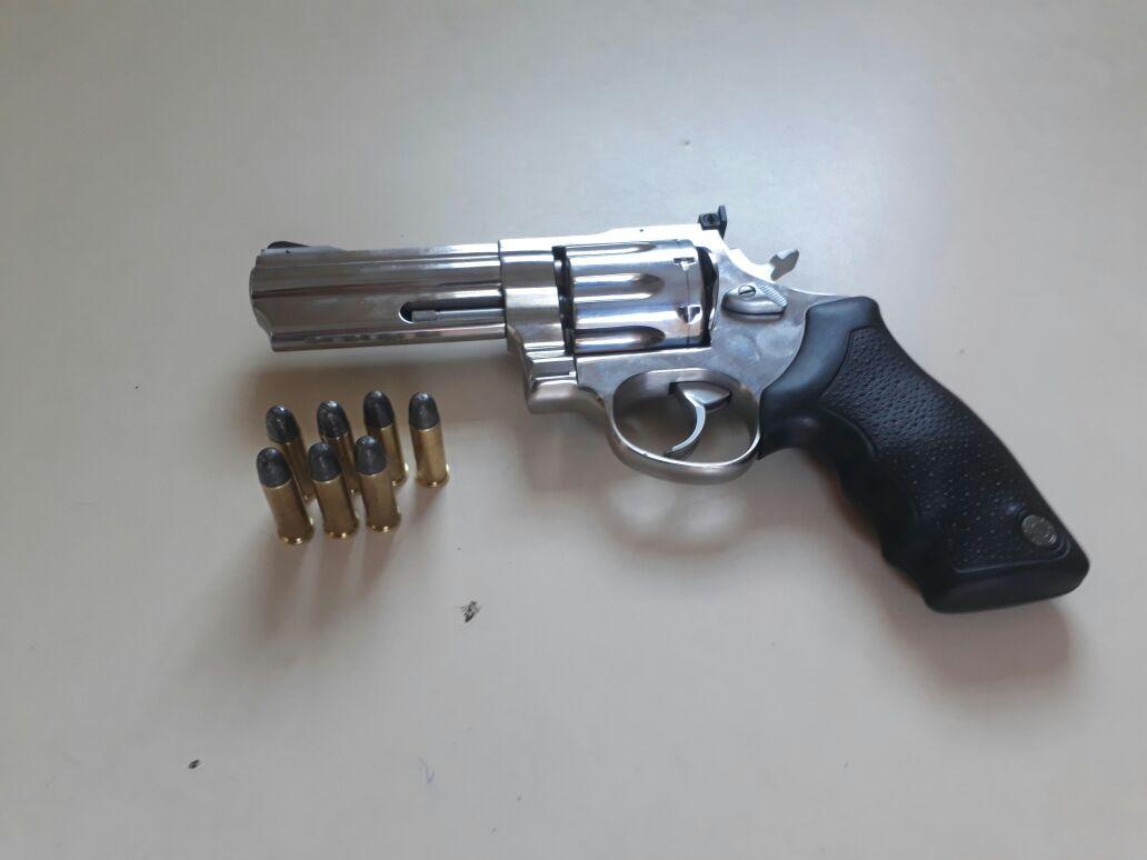 Homem é preso portando arma de fogo