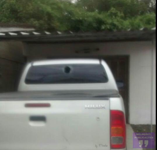 Para roubar, criminosos atiram pedras em veículo no Rio Maina