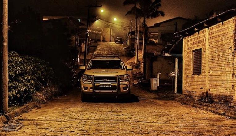 Bandidos armados roubam caminhonete no bairro Mina do Mato em Criciúma