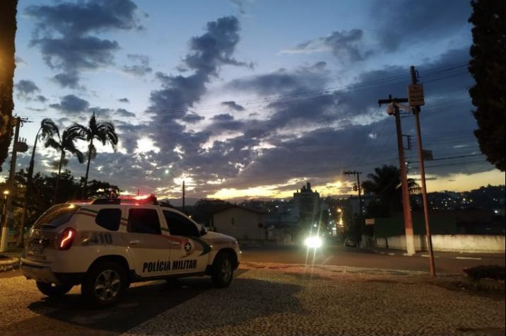 Quadrilha invade residência e rende moradores no bairro Cruzeiro do Sul em Criciúma