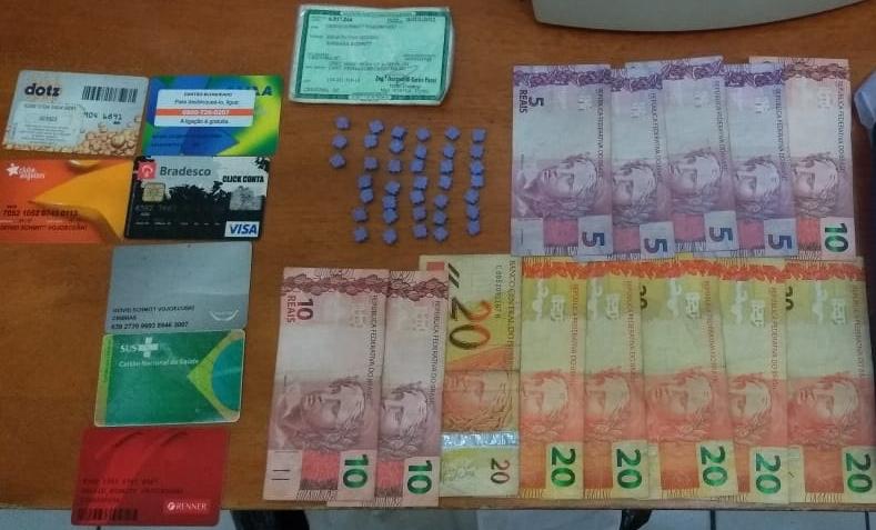 PM prende traficante vendendo drogas em casa noturna de Içara