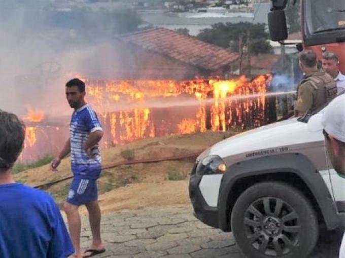 Incêndio destrói casas de madeira em Braço do Norte