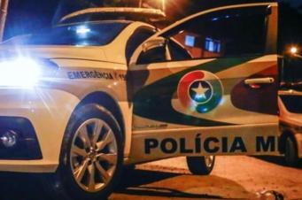 Bandidos abordam vítimas saindo de restaurante e roubam Hilux em Criciúma