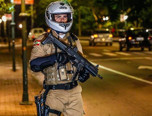 Assaltante armado rende vítima que chegava em lanchonete e rouba veículo em Criciúma
