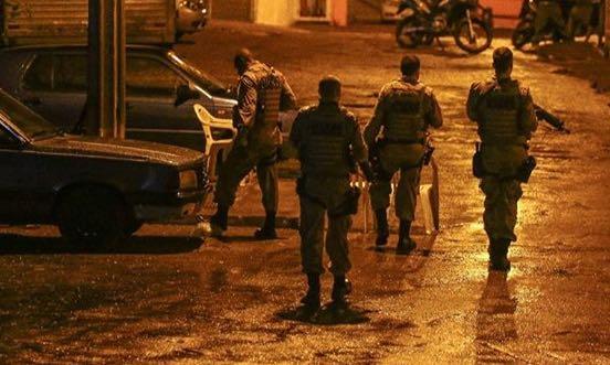 Bandidos invadem residência, rendem família, roubam dinheiro, joias e um veículo
