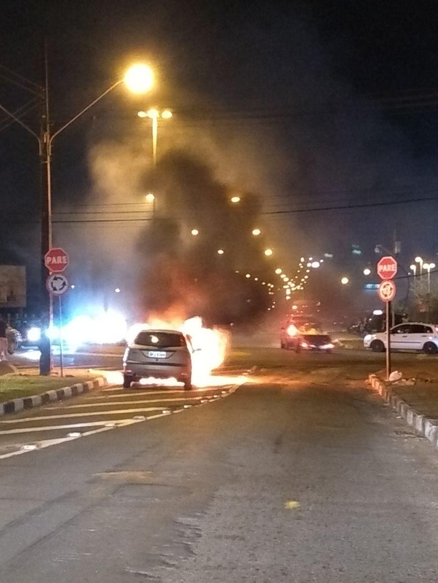 Carro pega fogo em Criciúma
