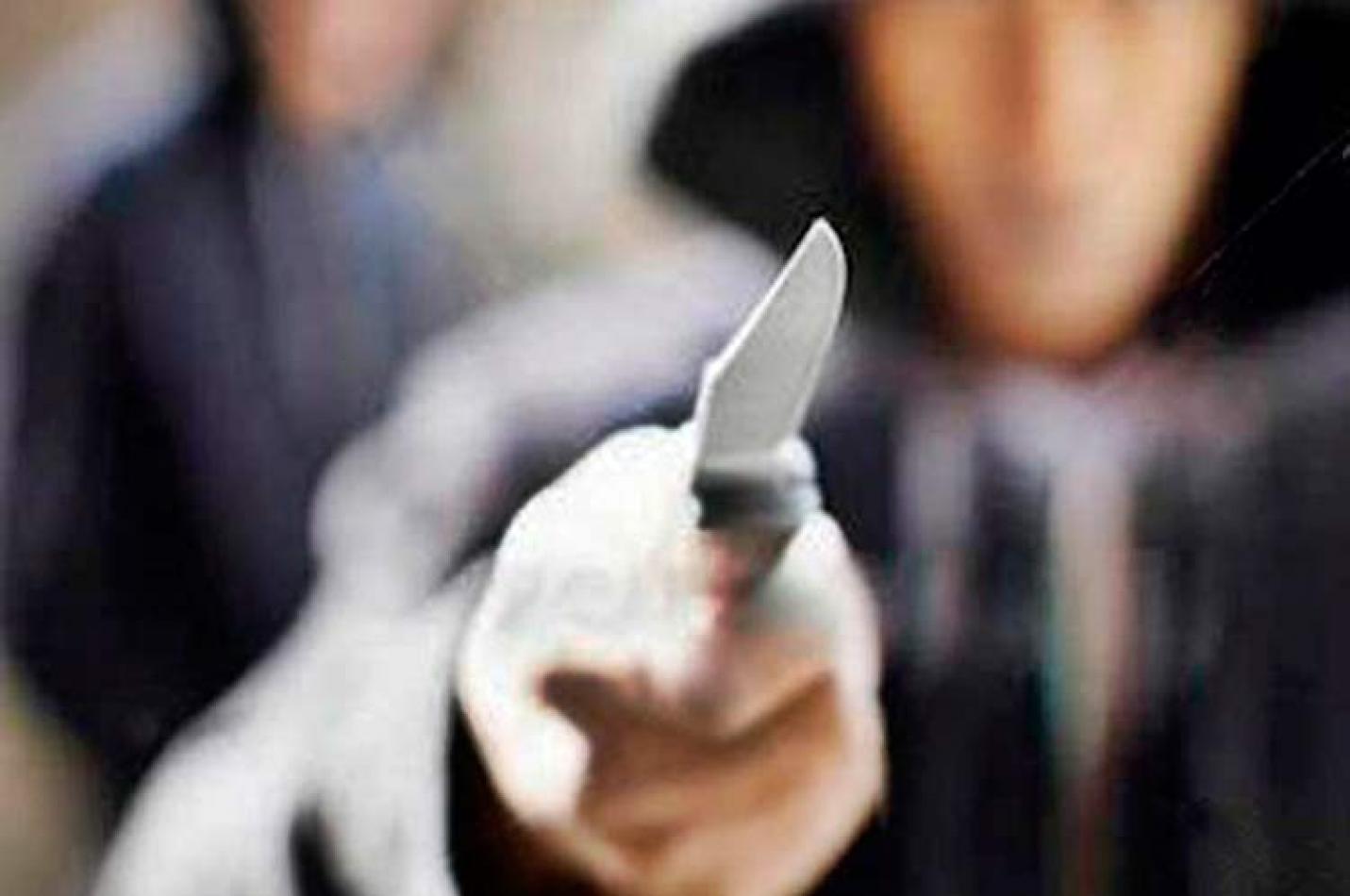 Bandidos invadem residência para roubar e esfaqueiam morador em Criciúma