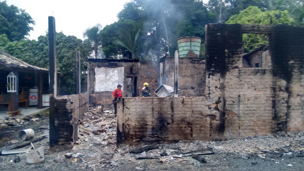 Incêndio criminoso deixa casa completamente destruída em Criciúma