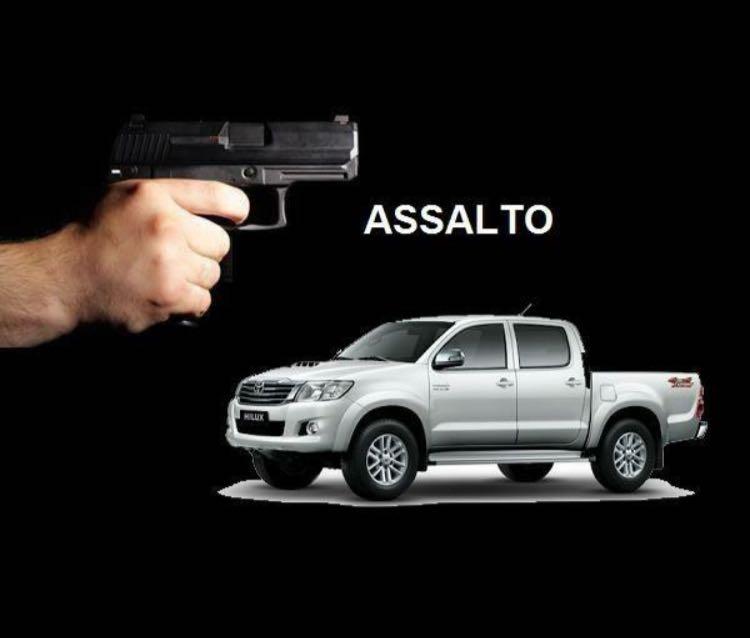Criminosos armados invadem residência, amarram vítimas no banheiro e roubaram Hilux em Criciúma