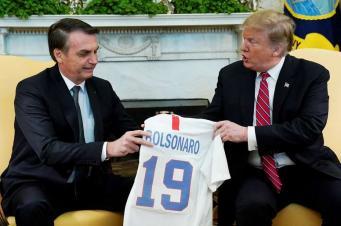 Trump e Bolsonaro trocam camisas e elogios na Casa Branca