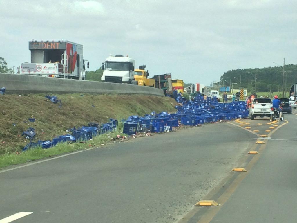 Caminhão carregado de cerveja tomba em Maracajá