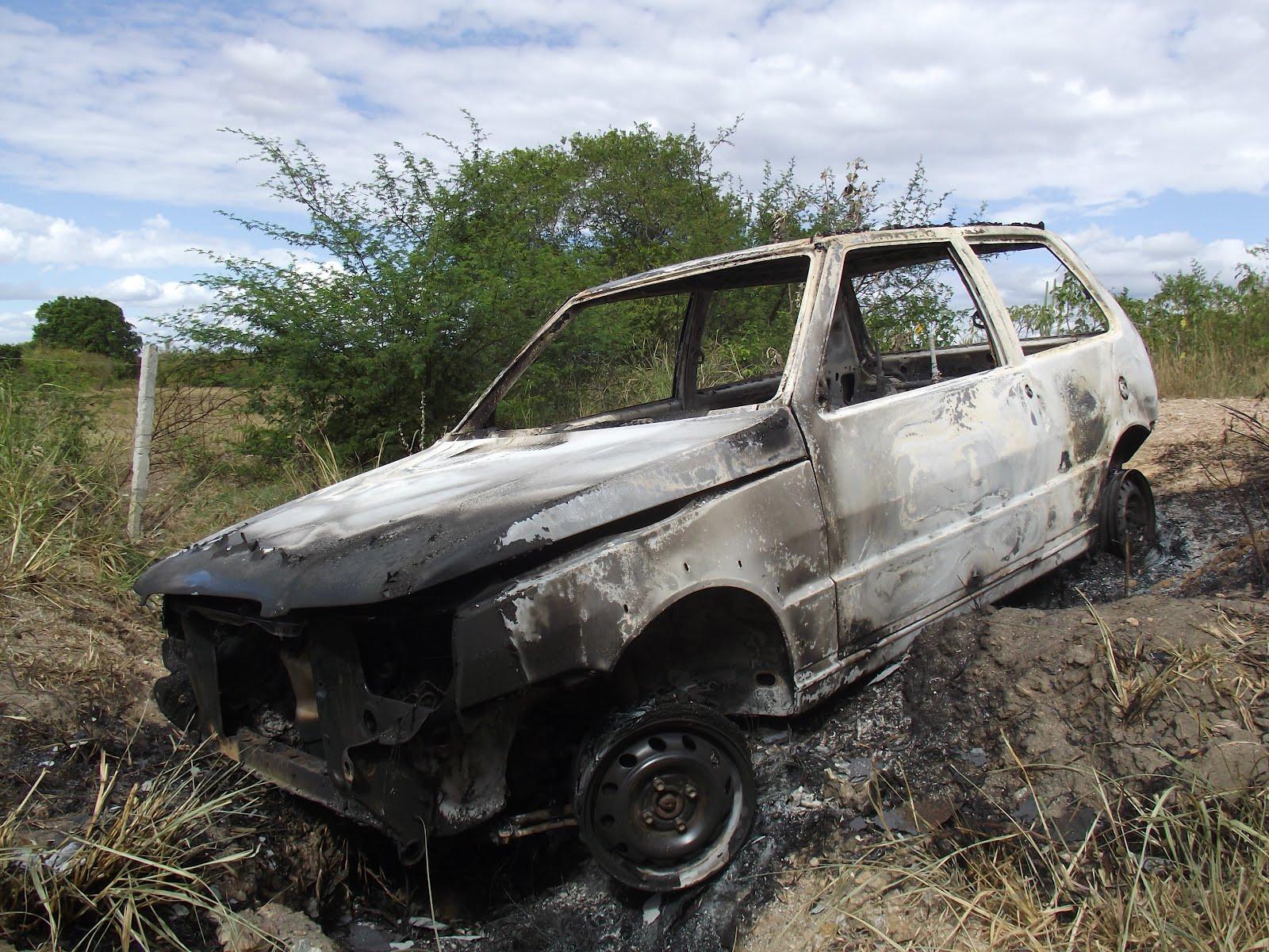 Criminosos incendeiam carro em Criciúma