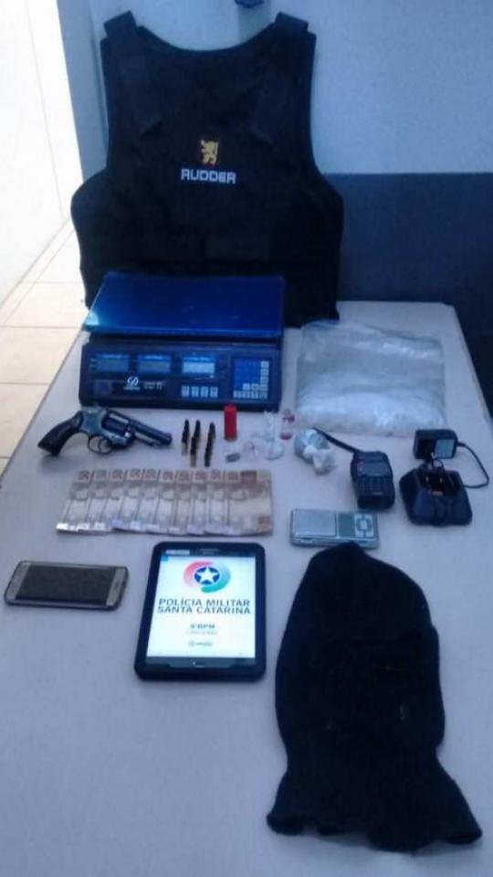 PM apreende arma, munições, drogas, carro furtado e prende criminosos