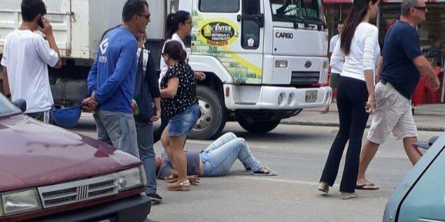 Jovem é atropelada na faixa de pedestre