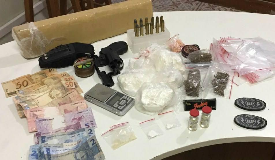Polícia Militar prende criminosos com drogas e arma