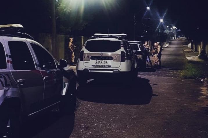 Bandidos armados invadem residência, rendem vítimas e roubam joias e dinheiro
