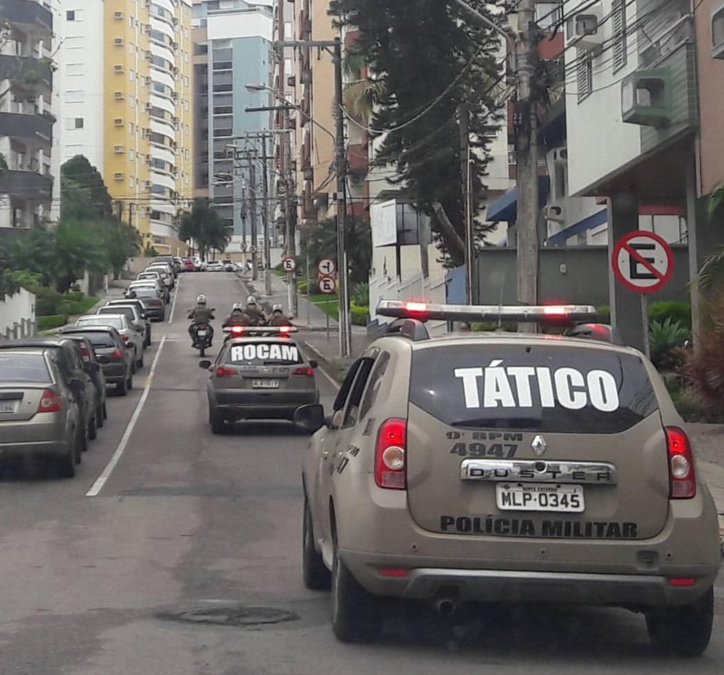 Assaltantes invadem lavação, rendem trabalhadores e roubam veículo em Criciúma