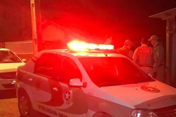 Três pessoas são mortas a tiros dentro de casa em Tubarão