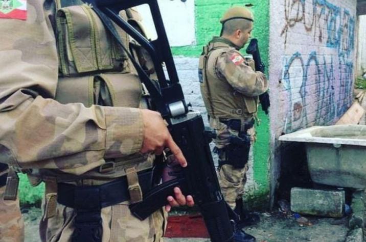 Criminosos armados invadem lanchonete e trancam vítimas no banheiro