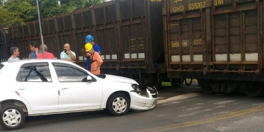 Veículo colide em trem no Centro de Içara