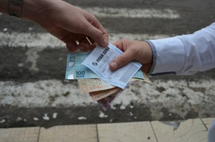 Aposentada cai em golpe do bilhete premiado e perde R$ 100 mil em Criciúma
