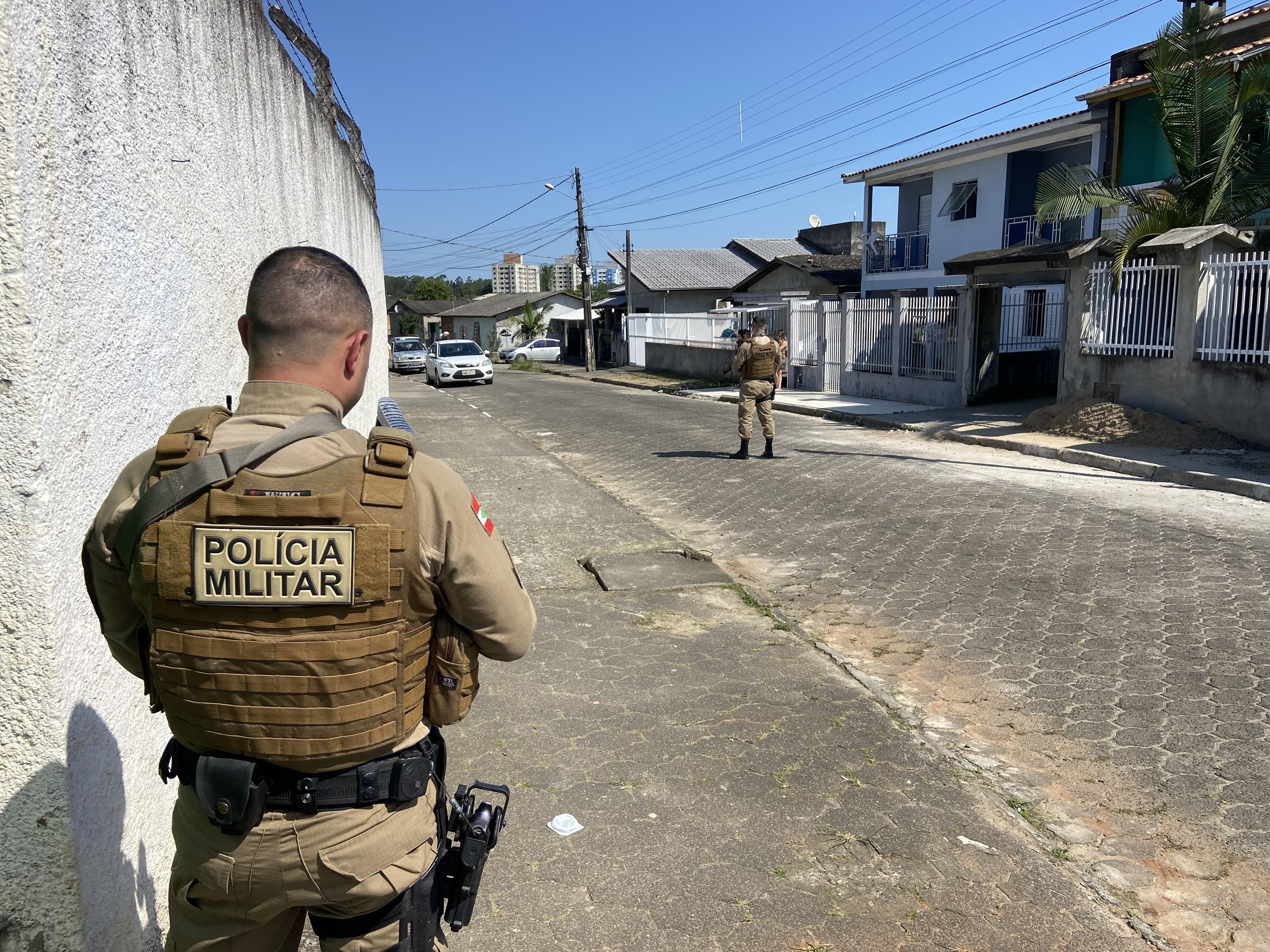 Em andamento: homem é atingido por disparos de arma de fogo no bairro Linha Batista, em Criciúma