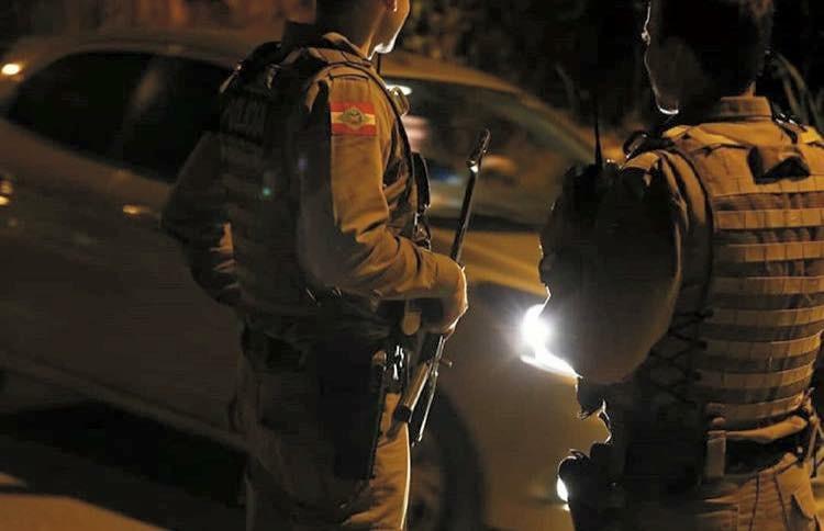Assaltantes armados rendem vítima e roubam Jeep em Criciúma