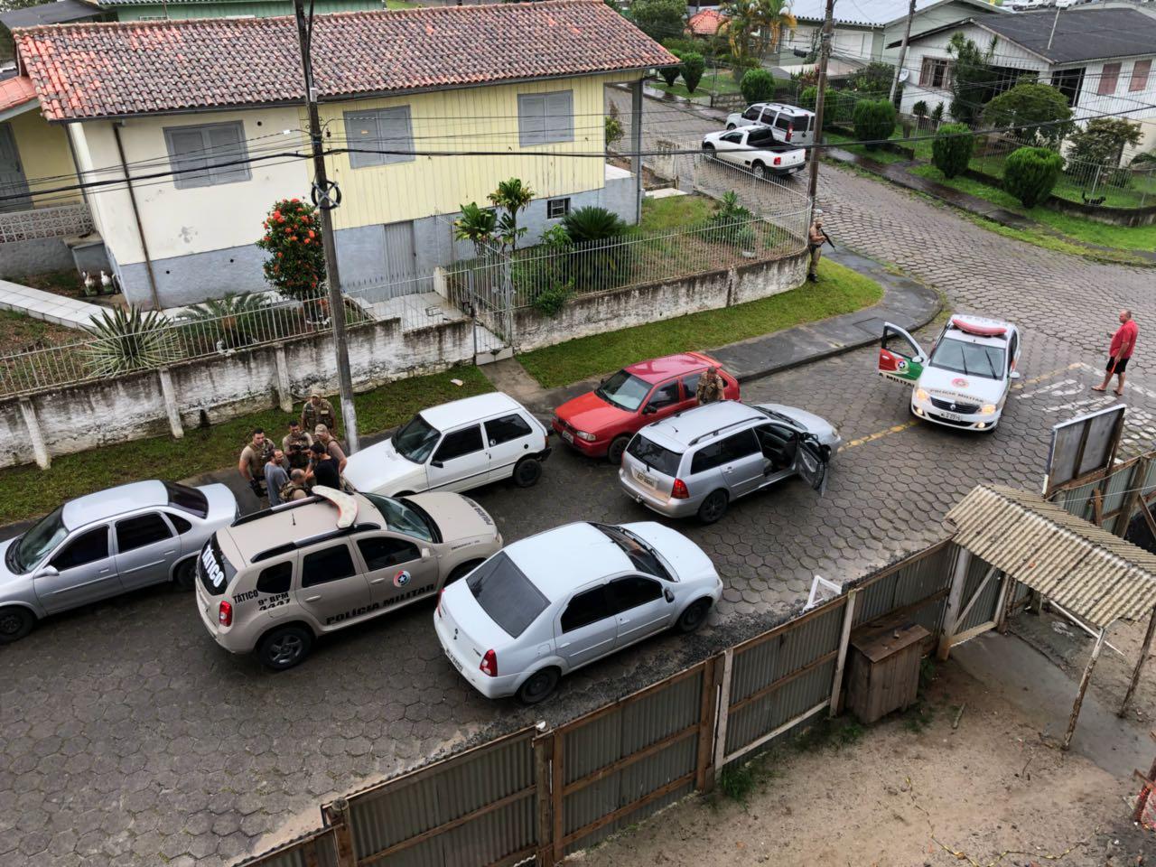 Traficante é preso após atirar em policiais