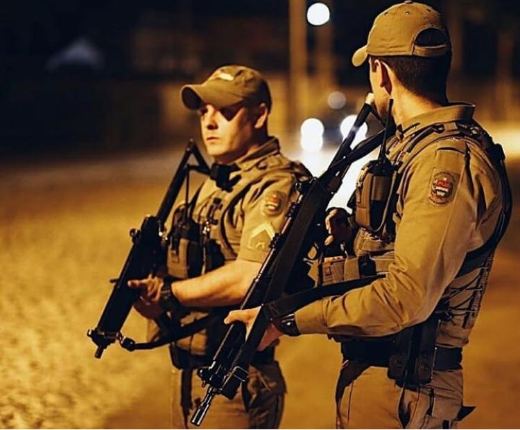 Pai vai buscar filhos em escola e acaba sendo rendido por criminosos armados com escopeta em Criciúma