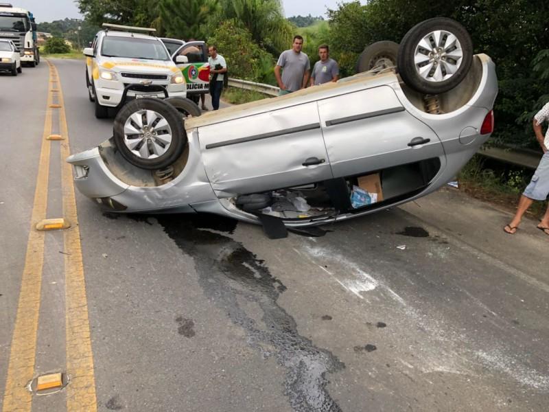 Veículo capota após colidir em carga que caiu de caminhão