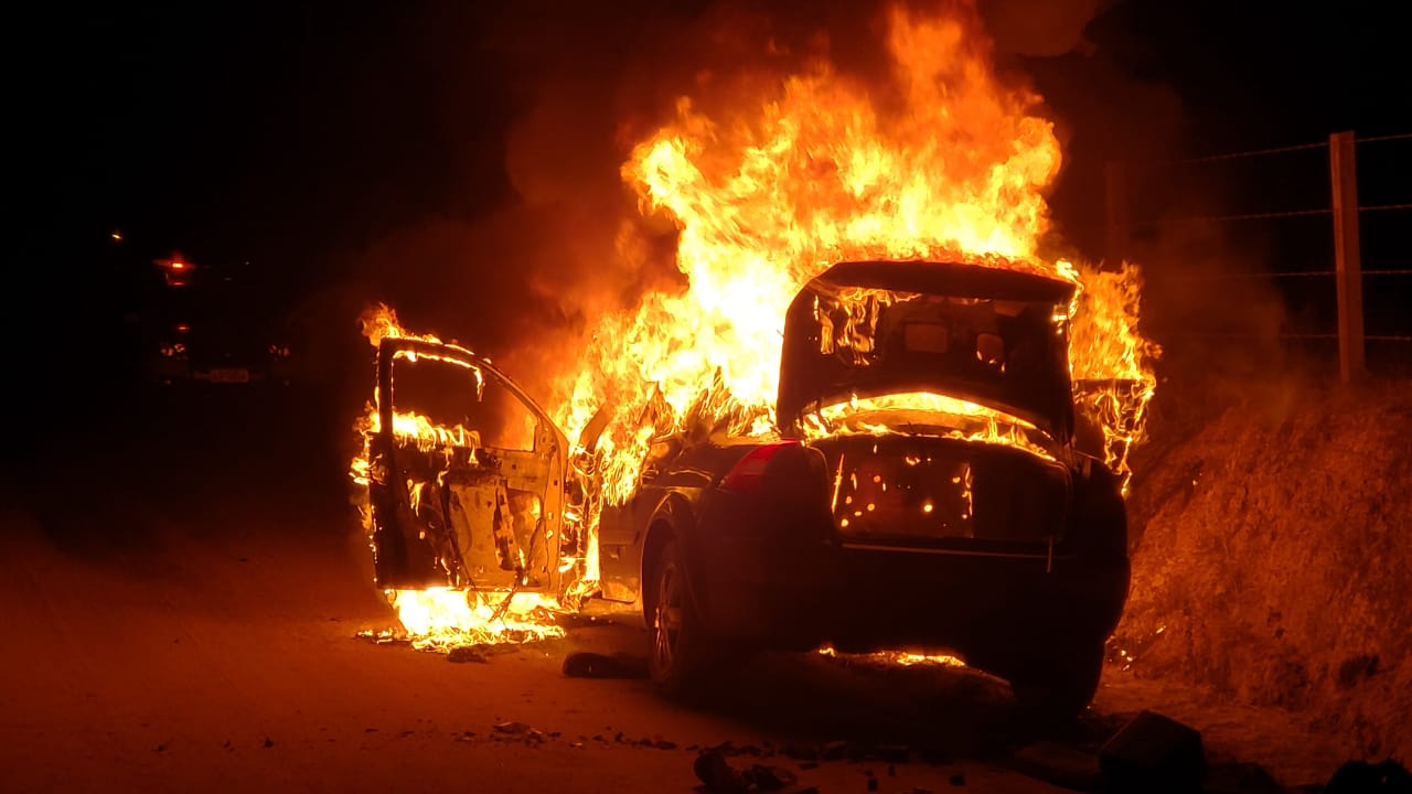 Criminosos fogem da PM, dispensam drogas e incendeiam veículo em Criciúma