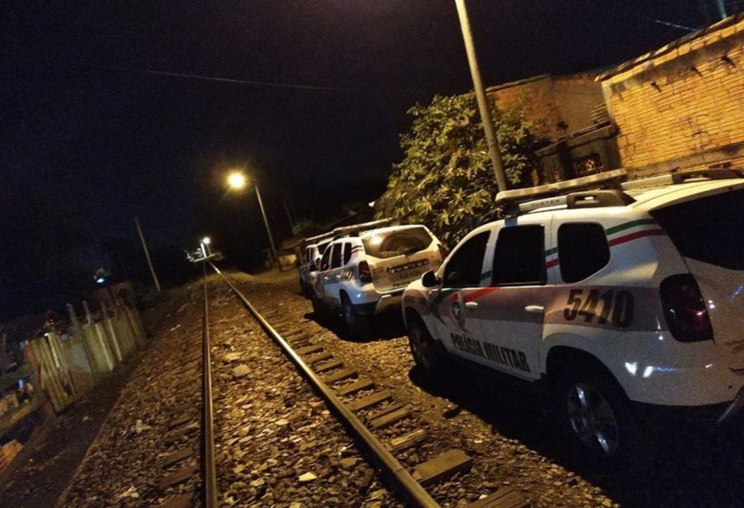Bandidos roubam moto e trocam tiros com a Polícia Militar em Criciúma