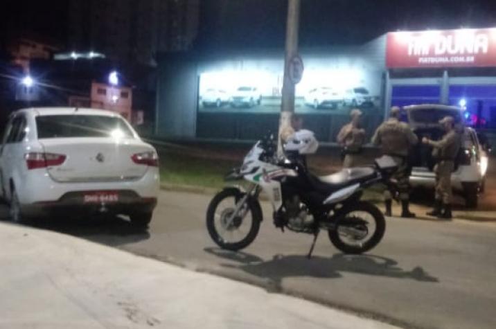 Após assalto, atropelamento e troca de tiros, Polícia Militar recupera veículo em Criciúma