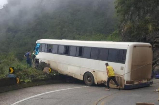Ônibus fica pendurado após acidente na Serra do Rio do Rastro