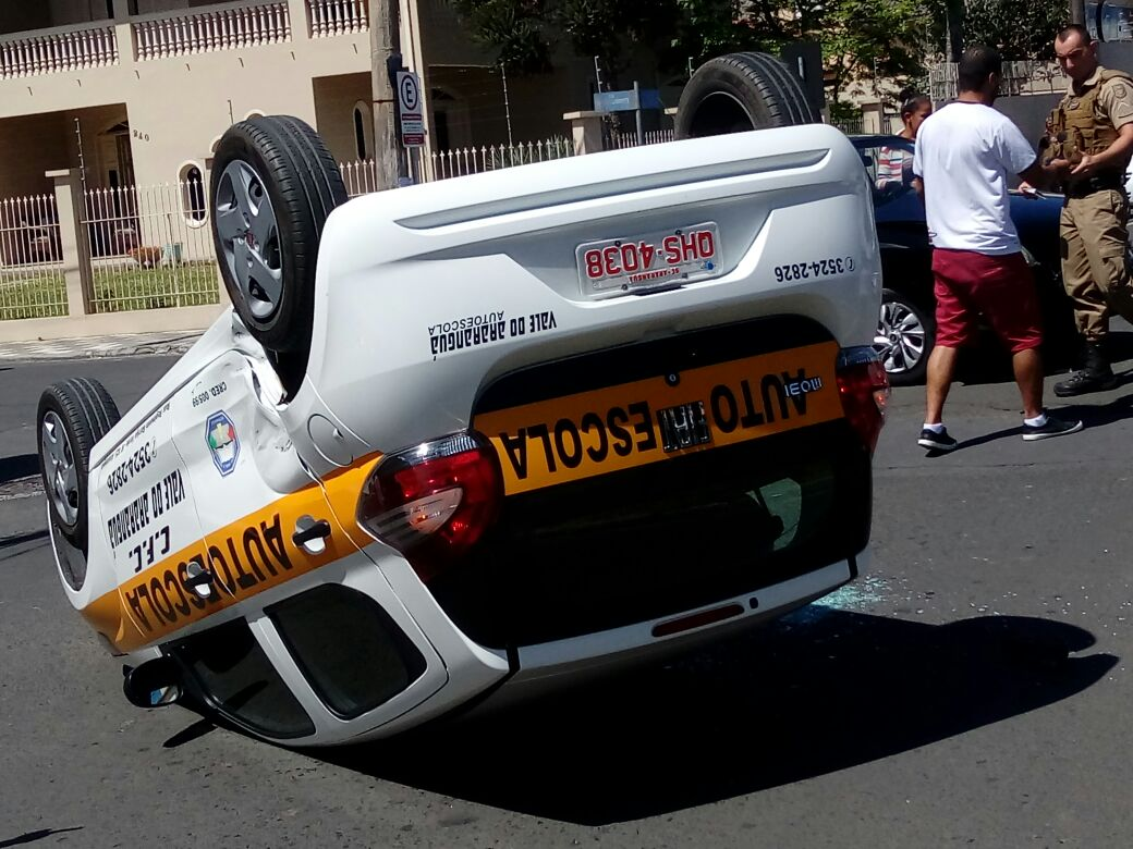 Veículo capota após colisão
