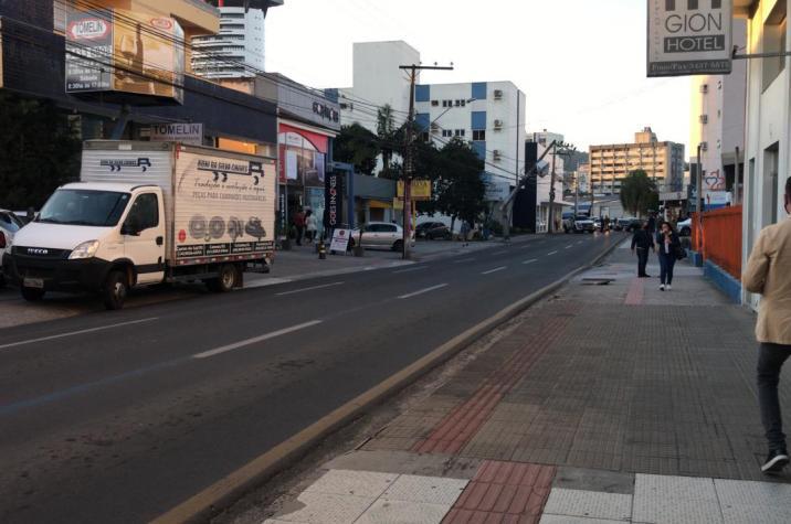 Caminhão colide em poste e causa transtornos  em Criciúma