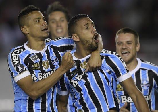Grêmio ganha na Argentina e abre vantagem sobre o River na Libertadores
