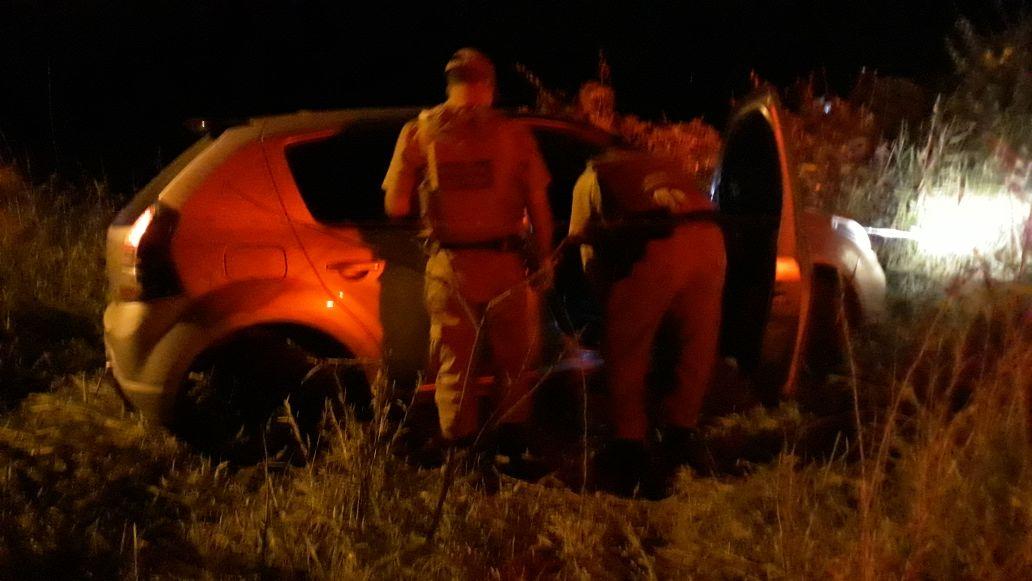 Assaltantes roubam posto de combustíveis, capotam veículo na fuga e roubam dois carros para continuar fugindo