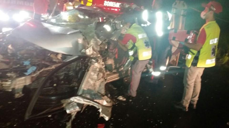 Motorista fica preso nas ferragens após acidente frontal com ônibus