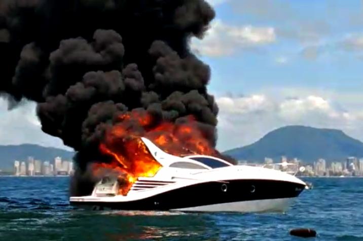 Lancha pega fogo em praia de Santa Catarina