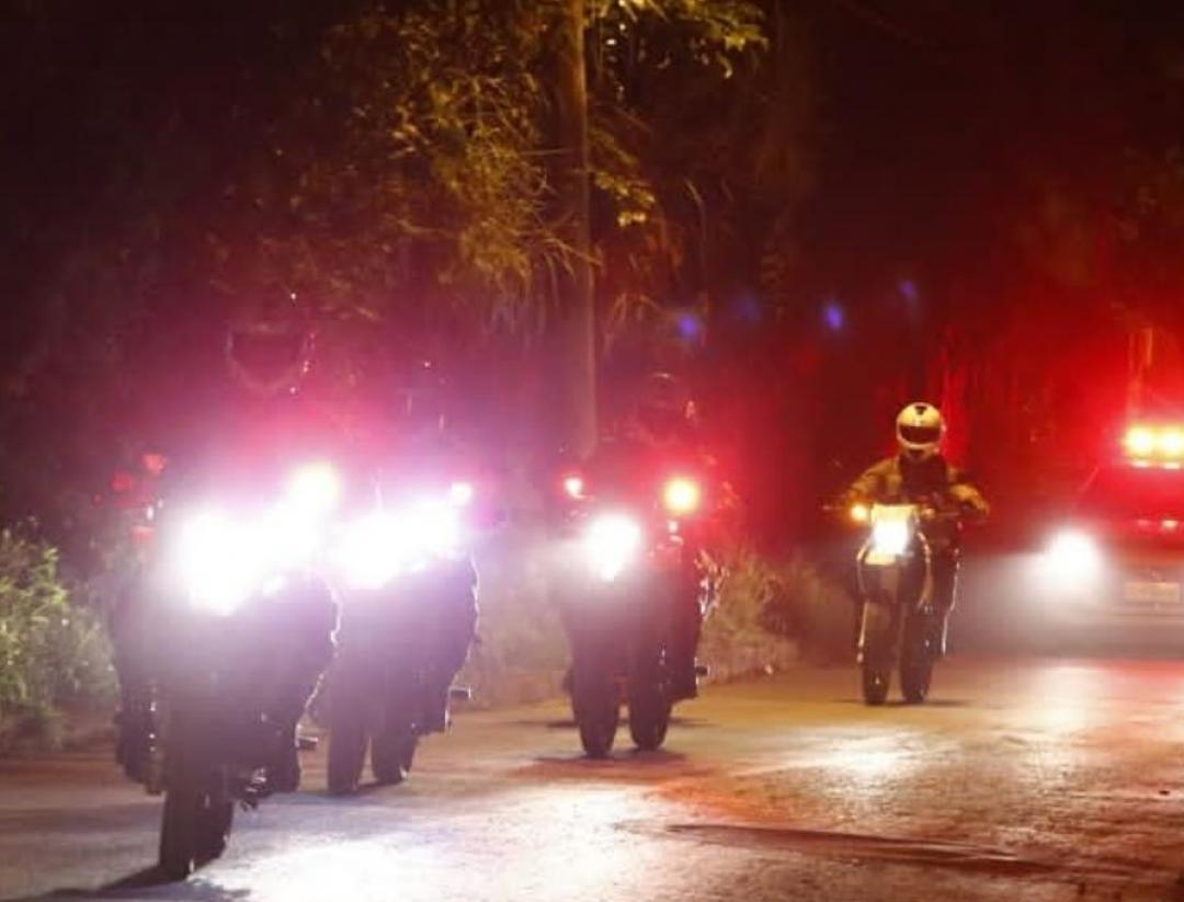 Criminosos armados invadem residência, rendem família, roubam dinheiro, joias e eletrodomésticos
