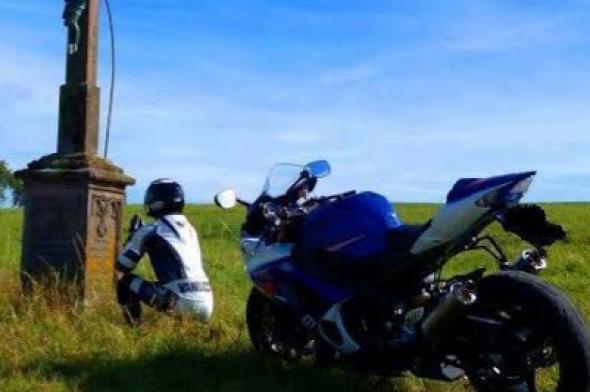 Motociclista morre após colidir em caminhão e ser atropelado