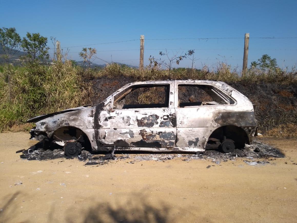Bandidos furtam e incendeiam veículo em Criciúma