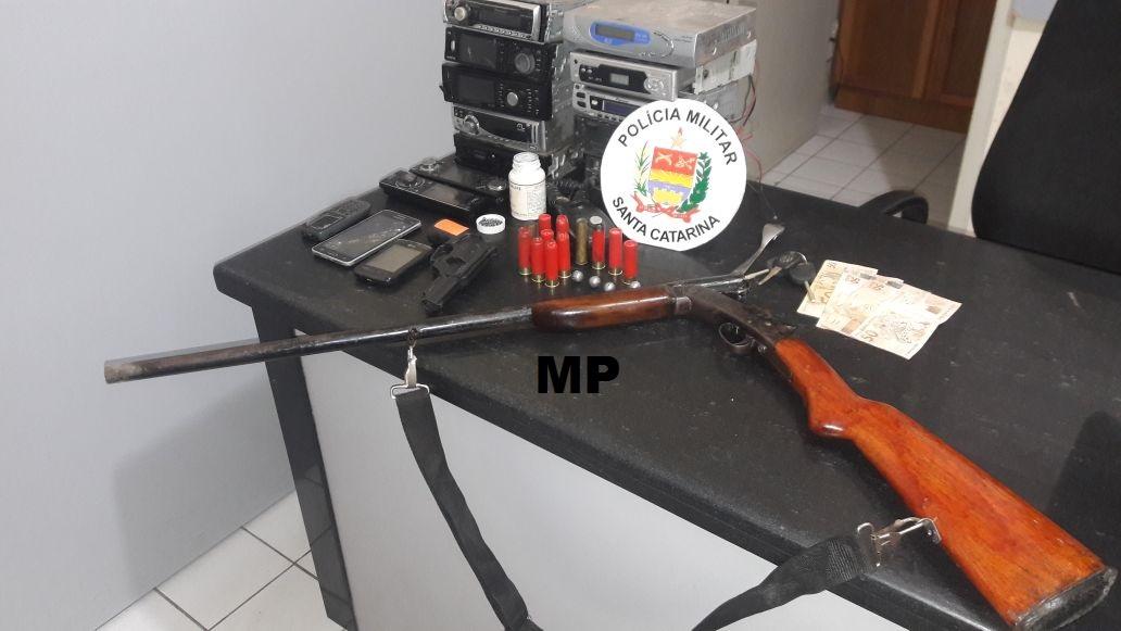 Polícia Militar apreende armas e recupera veículo roubado